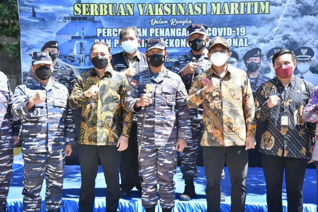 Koarmada II menggelar Serbuan Vaksinasi Maritim di Balai Desa Tropodo Kecamatan Waru. Sebanyak …