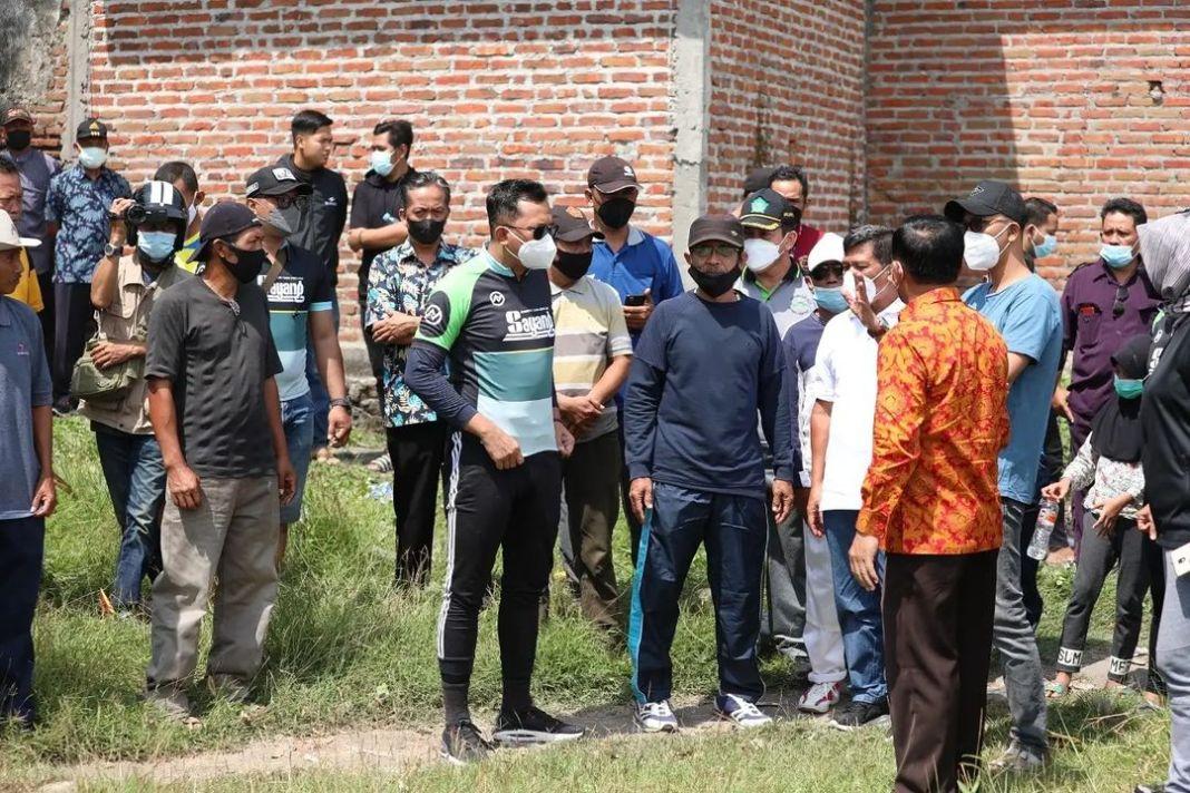 Puluhan warga Desa Keboan Anom Kecamatan Gedangan menolak rencana Kepala Desanya, Sutiyono yang…