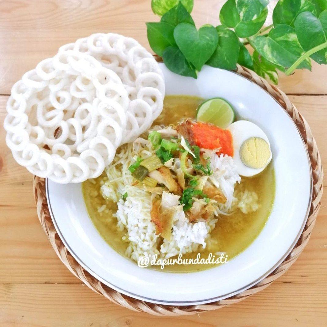 Info kuliner, selamat pagi moms! masak yg seger2 nihhh, soto ayam seger makannya pake nasi anget juga kerupuk…