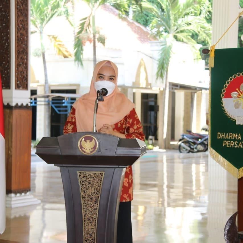 Dharma Wanita Persatuan (DWP) Kabupaten Sidoarjo mengadakan kegiatan Kursus Ecoprint di Pendopo…