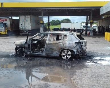 Veículo de luxo com dois ocupantes pega fogo na BR-153