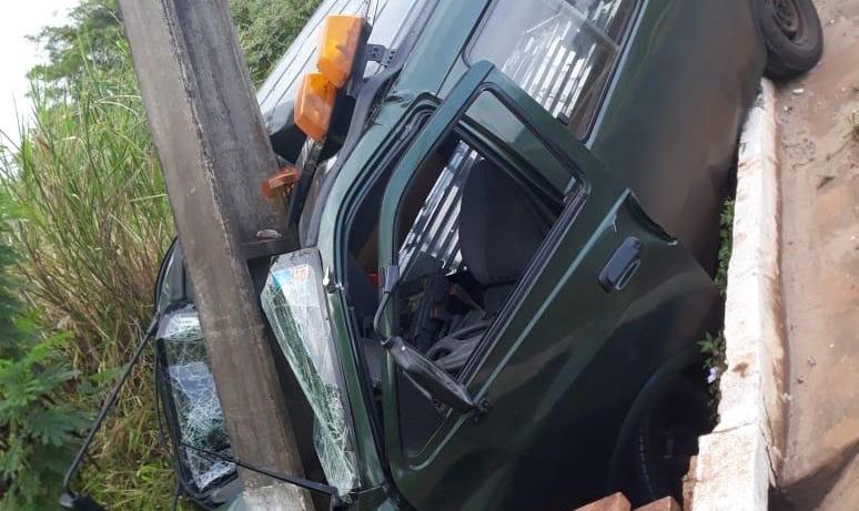 Carro funerário atinge poste em Santo Antônio da Platina