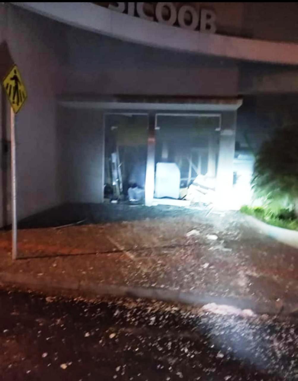 Bandidos explodem agência bancária de Ribeirão Claro