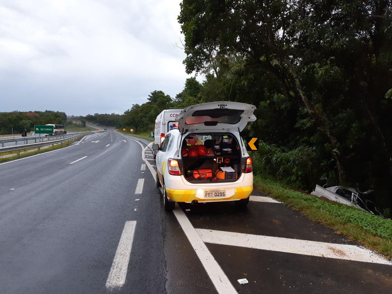 Passageiro morre e motorista fica gravemente ferido em estrada do Paraná