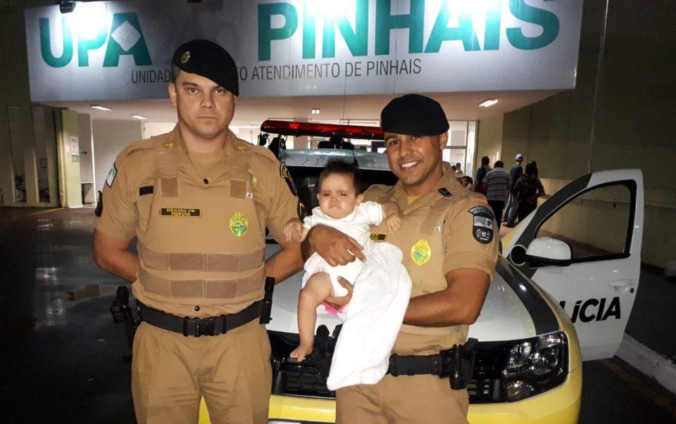 Família para viatura no meio da rua e policiais salvam bebê engasgado