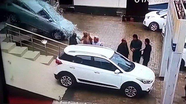 Ao comprar o primeiro carro, jovem provoca acidente inacreditável dentro de concessionária