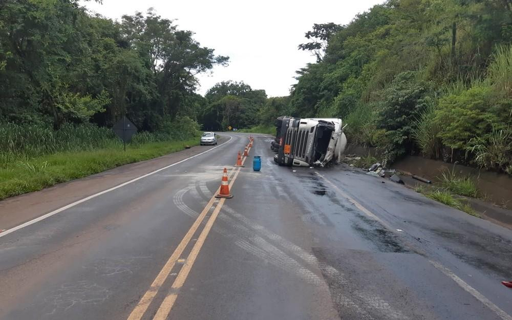 BR-153: IAP calcula grande prejuízo ambiental após vazamento de óleo em acidente de caminhão