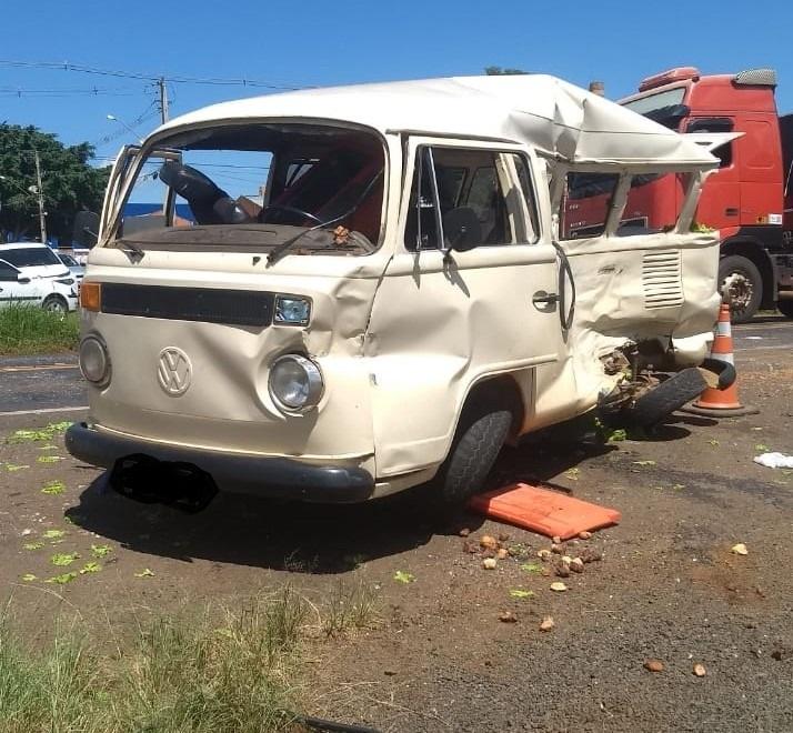 Acidente entre Kombi e carreta mata mulher na PR-092