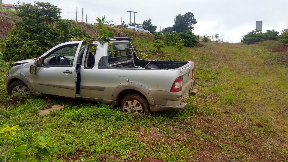 Motorista é ejetado de picape em acidente na BR-153