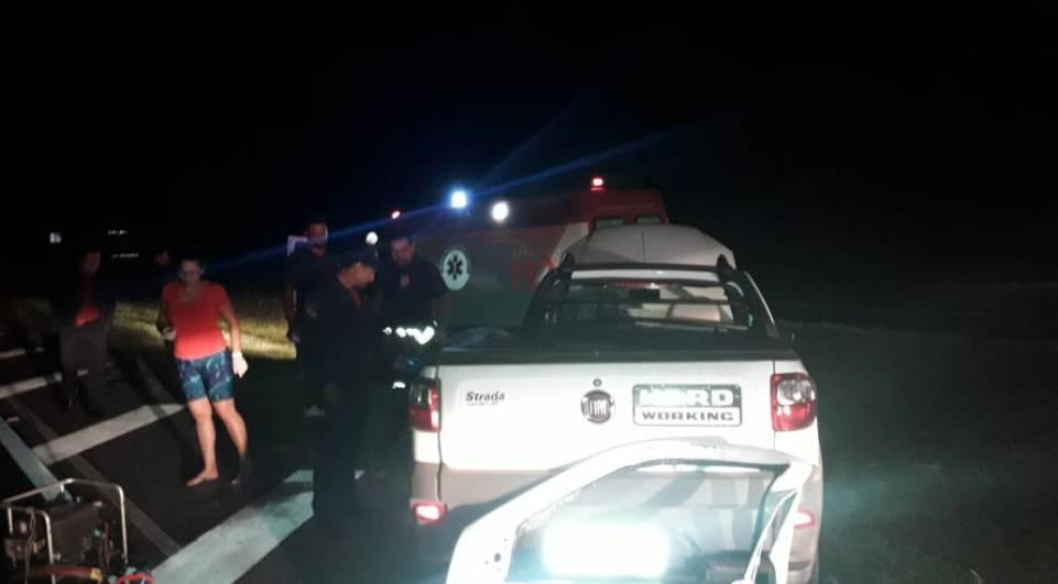 Carro atravessa rodovia, é atingido por caminhão e motorista fica preso nas ferragens