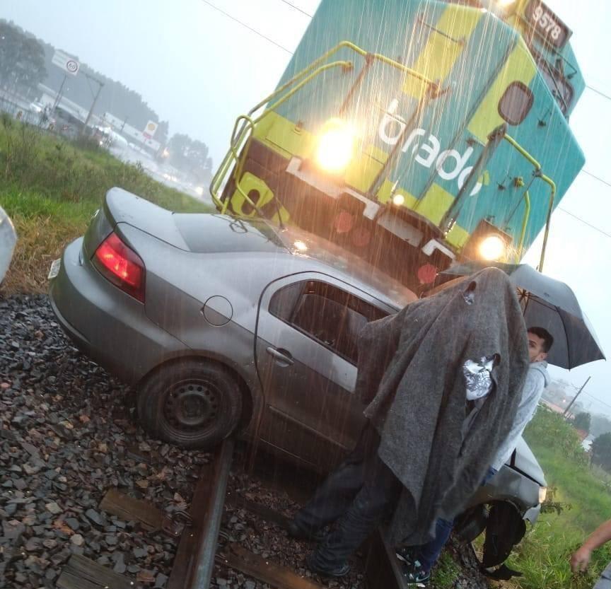 Carro é arrastado por trem e motorista platinense morre na hora