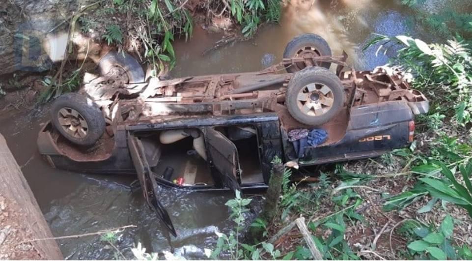 Motorista morre ao cair de ponte com caminhonete