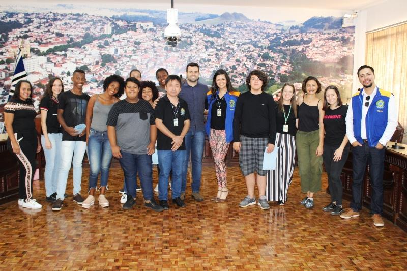 Jacarezinho: Alunos do Projeto Parlamento Jovem visitam a Câmara Municipal