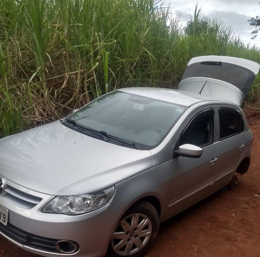 Jacarezinho: Carro roubado é encontrado escondido em meio a mata