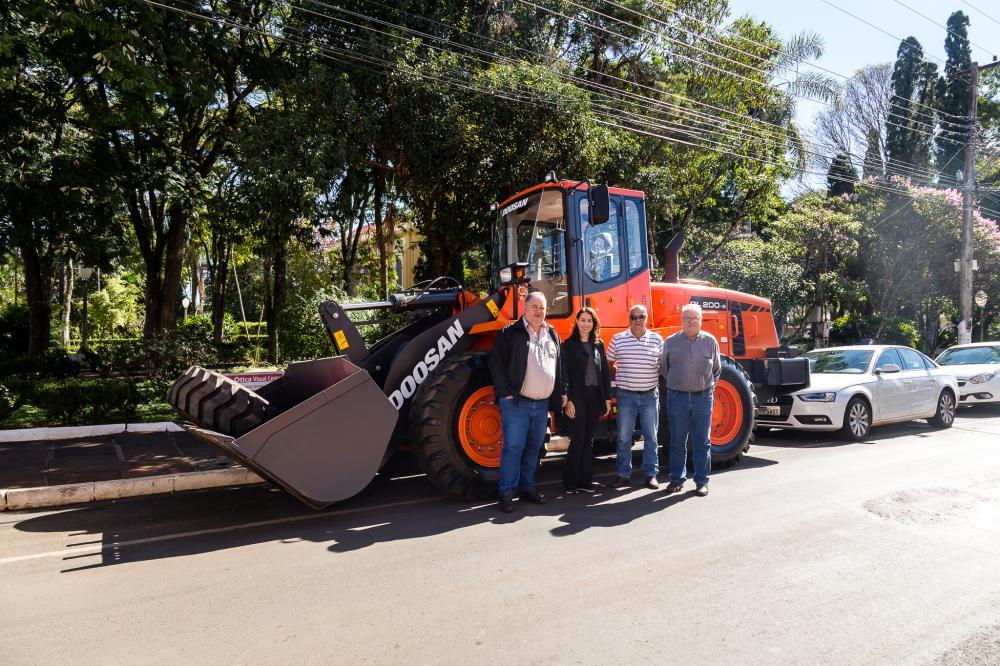 Prefeitura de Ribeirão Claro recebe nova pá carregadeira