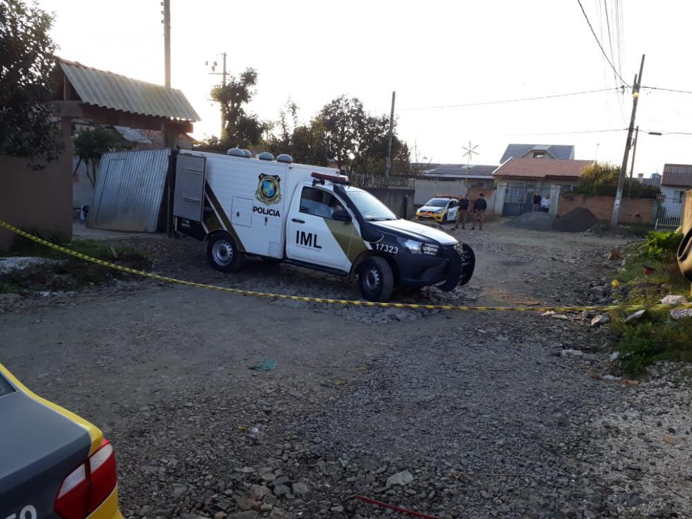 Atiradores se passam por policiais e matam dois; mulher morta era testemunha de crime