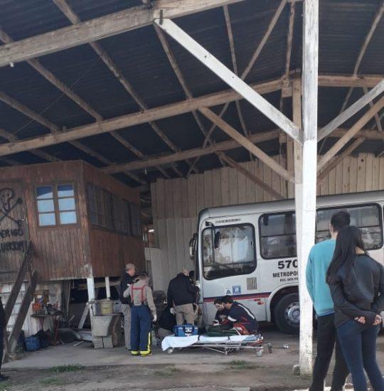 Ônibus fica sem freio e mata trabalhador na garagem de empresa