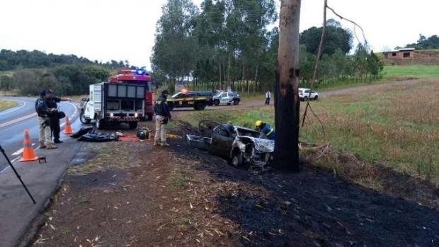 Motorista morre carbonizado após carro bater contra árvore em rodovia paranaense