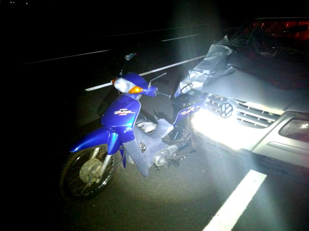 Moto fica presa em carro após acidente na BR-376