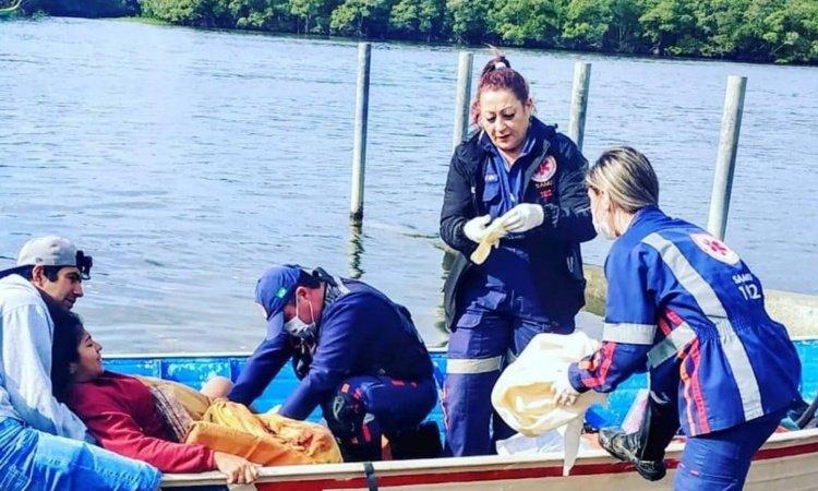 Socorristas do Samu fazem parto de emergência dentro de barco no Litoral do Paraná