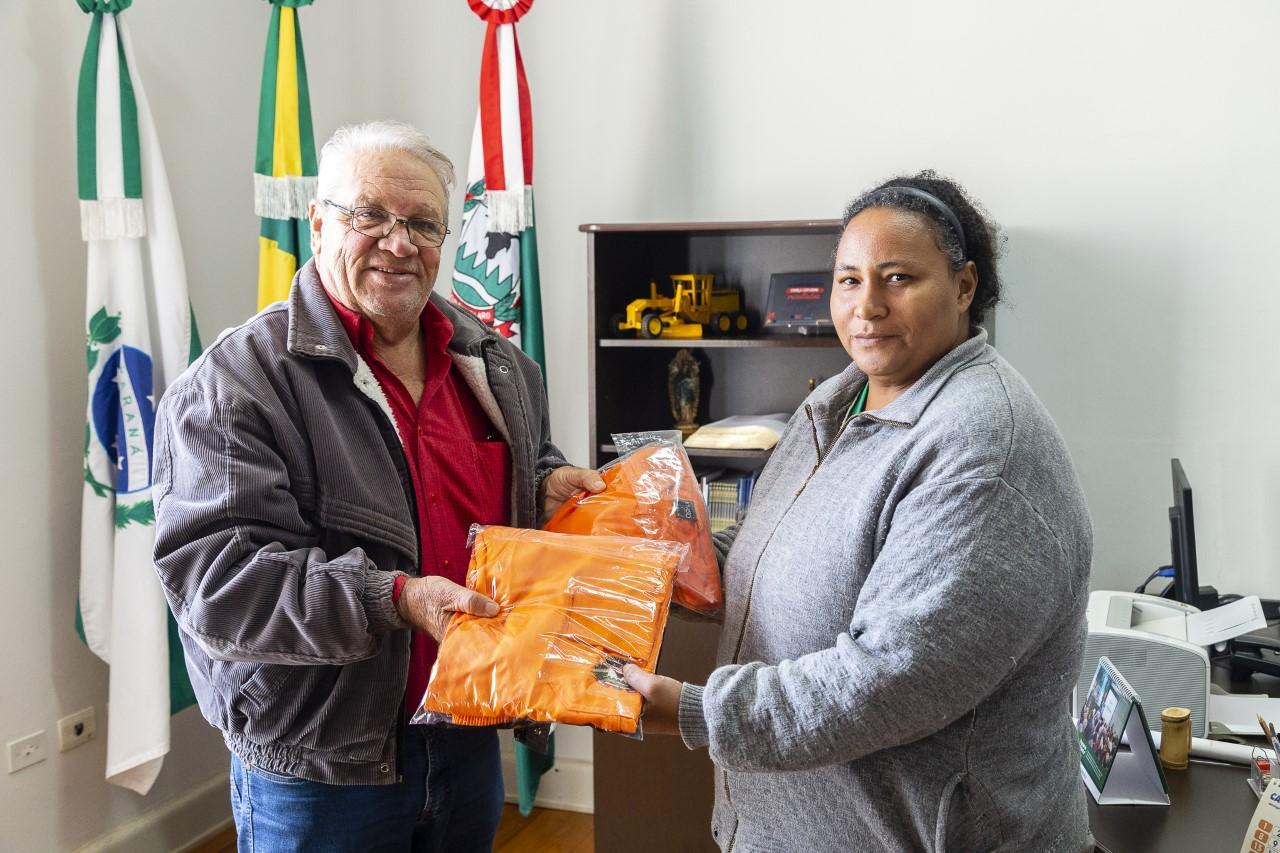 Ribeirão Claro Servidores da Secretaria de Obras recebem novos uniformes