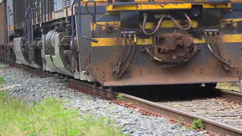 Adolescentes são apreendidos após arrastar homem ainda vivo para morrer em linha de trem