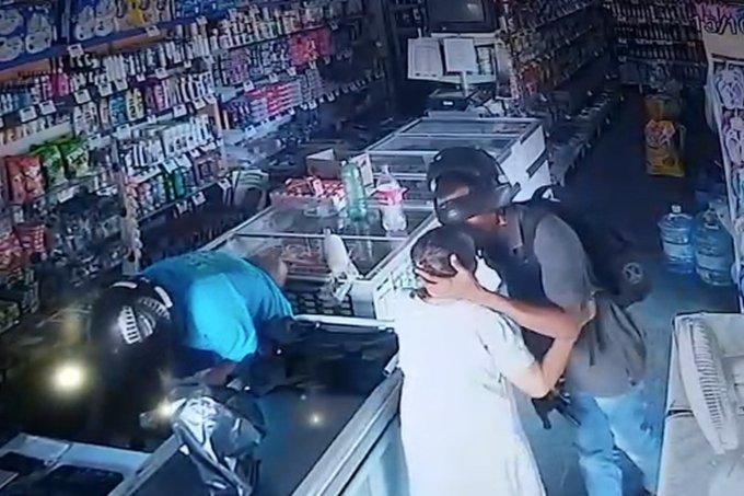 """Ladrão recusa dinheiro de idosa e a beija na testa: """"Fica sossegada"""" """"Veja o vídeo abaixo"""""""
