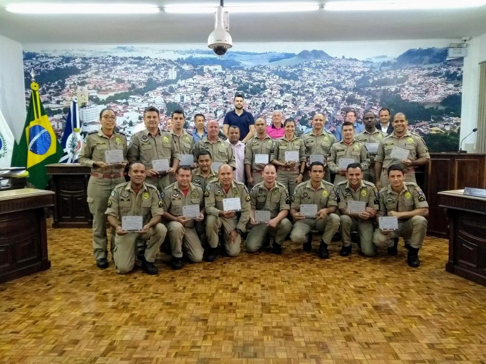 Câmara de Vereadores homenageia bombeiros de Jacarezinho