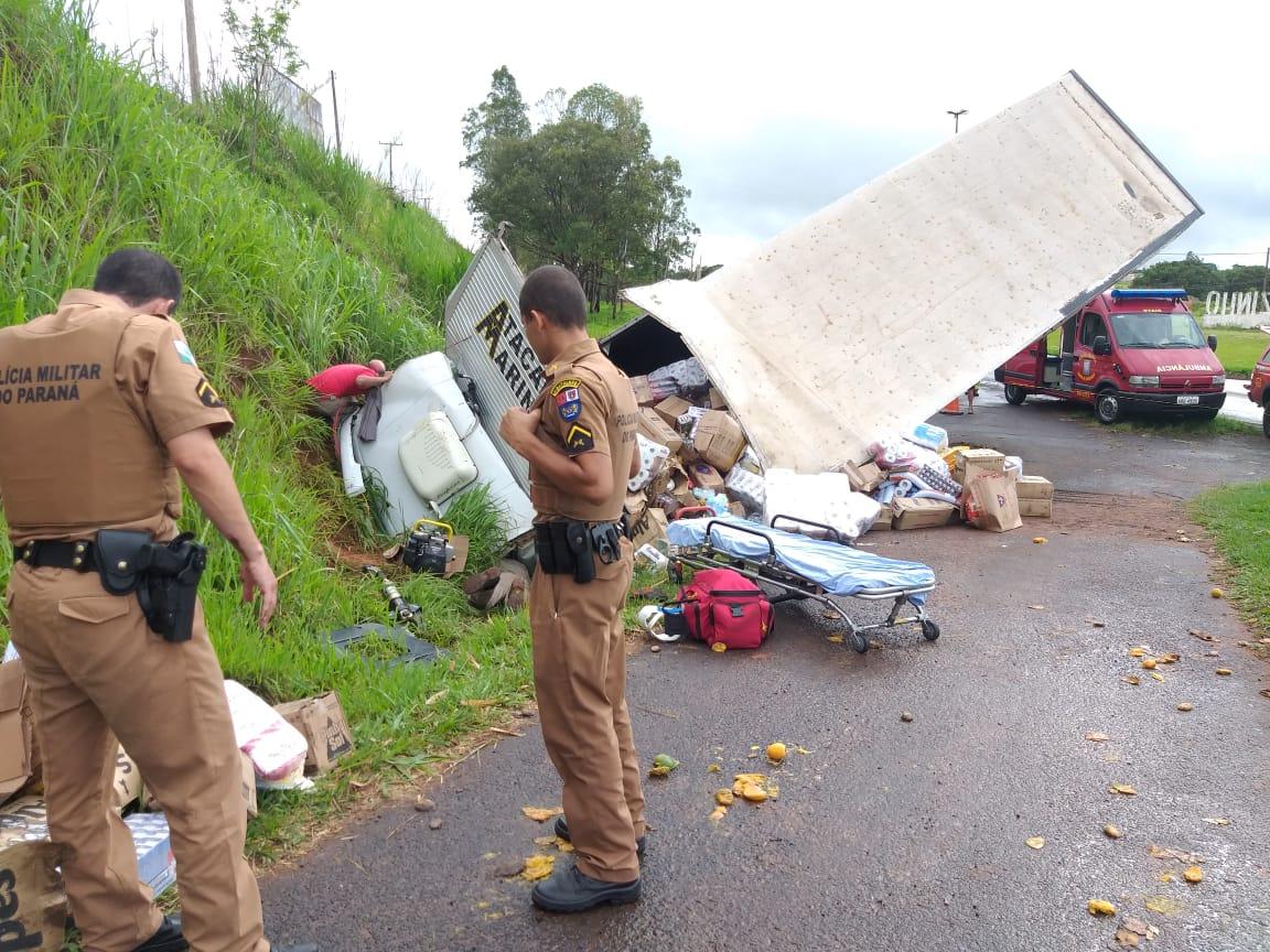 Caminhão tomba e duas pessoas ficam feridas na BR-153 em Jacarezinho