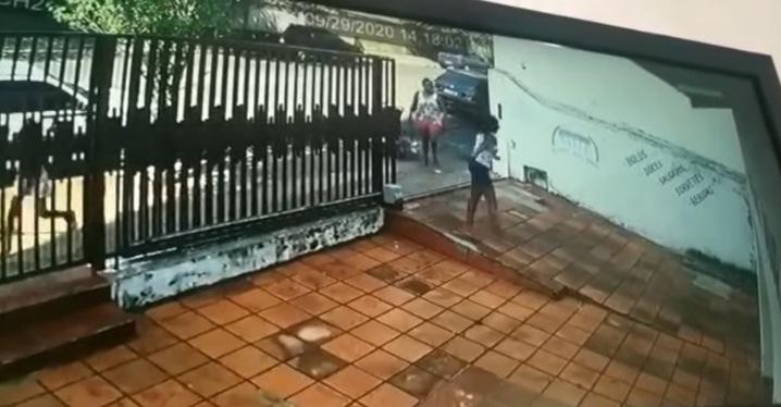 Câmera flagra mulher com facão atacando desafeto em Uraí