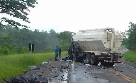 Colisão frontal entre caminhões deixa um morto na BR-153