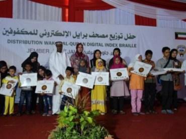 Kuwait Wakafkan 1000 Al Quran Braile untuk Tunanetra Jatim