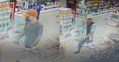 Assaltante usa máscara de proteção durante roubo em farmácia