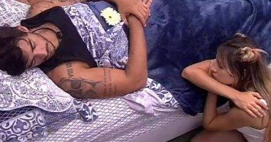 BBB20: Gabi chora ao observar Guilherme dormir e coloca uma flor nele