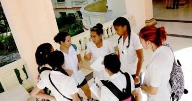 Cuba convoca 28.000 estudantes de medicina para combater coronavírus
