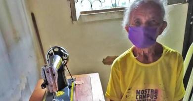 Idosa de 87 anos confecciona máscaras para doação em Santa Quitéria