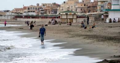 Volta às praias próximas a Roma, mas sem espreguiçadeiras