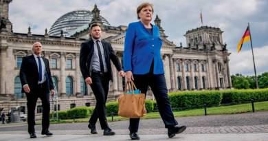 No auge do poder, Angela Merkel sai da crise ainda mais forte
