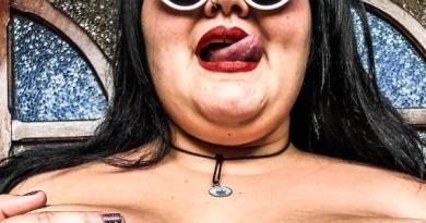 """Thais Carla sensualiza e exibe tattoo no decote: """"corpo gordo, corpo livre"""""""