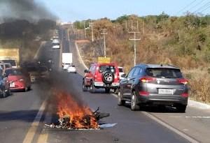 Colisão frontal entre carro e moto acaba na morte de motociclista na BR-316