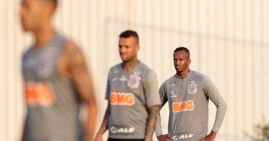 Jô cita falta de ousadia do ataque do Corinthians, mas vê time no caminho certo