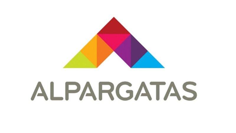 Alpargatas abre vagas: imagem da logo da empresa alpargatas sendo um triângulo colorido aberto na parte de baixo e o nome da empresa escrito de cinza