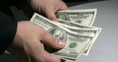 Dólar sobe para R$ 5,37 e juros futuros têm alta com receio de rompimento do teto de gastos