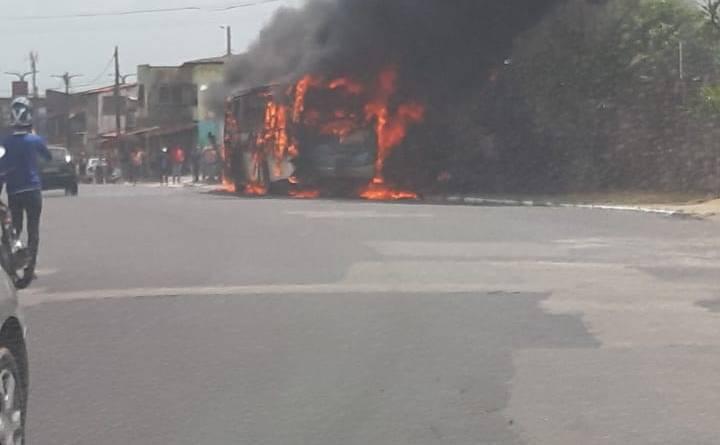 Ônibus pega fogo em avenida próximo ao estádio do Castelão