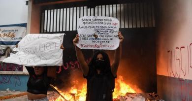 Repressão a tiro de manifestação feminina custa demissão em Cancún