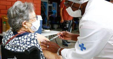 Idosos cariocas acima de 80 anos começam a ser vacinados no Rio   ViDA & Ação