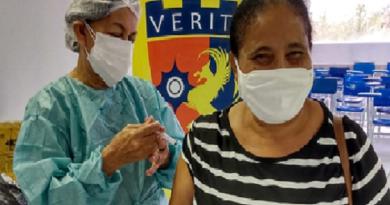 Trabalhadores da educação são vacinados em massa na Capital