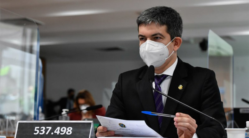 Randolfe apresenta queixa crime contra Bolsonaro por postar mentira