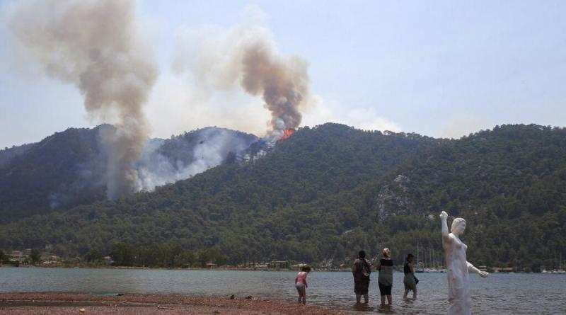 Incêndios devastam costas da Turquia