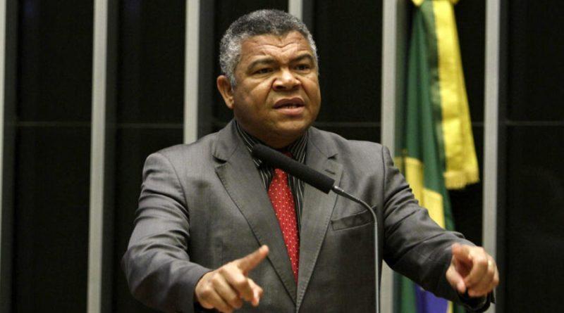 'Solução paliativa de Bolsonaro vai diminuir a arrecadação dos estados e não segura o preço dos combustíveis', diz deputado